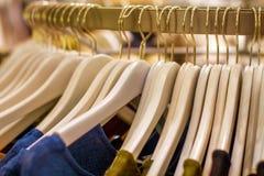 对物品的挂衣架在storec 免版税库存图片