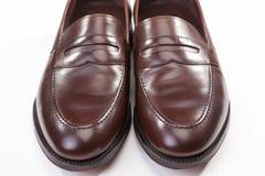 对特写镜头在白色的时髦的布朗便士游手好闲者鞋子 库存照片