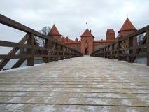 对特拉凯海岛城堡的桥梁 免版税库存照片