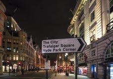 对特拉法加广场和海德公园伦敦,英国-英国- 2016年2月22日的方向标 免版税库存照片