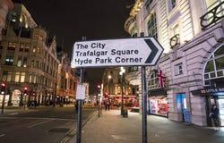 对特拉法加广场和海德公园伦敦,英国-英国- 2016年2月22日的方向标 库存照片