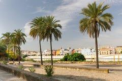 对特里亚纳的历史的建筑学的塞维利亚,西班牙,江边视图 免版税库存图片