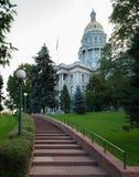 对状态国会大厦丹佛入口的步  免版税图库摄影