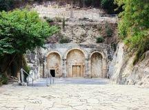 对犹太教教士大墓地的耶胡达Hanassi洞的入口在拜特Shearim国家公园在Kiriyat Tivon市在Isra 免版税库存图片