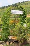 对狗窝树木园开花的谷的门 免版税库存照片