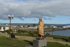 对猎人的一座纪念碑从印地安部落在Porvenir村庄  免版税库存图片