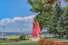 对猩红色的纪念碑在手段的Gelendzhik沿海岸区航行在黑海,克拉斯诺达尔的晴天地区,俄罗斯 免版税库存图片