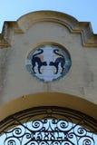 对猫喷泉的入口在巴塞罗那Laribal庭院里  免版税库存照片
