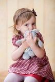 对玩具的怀里钩子女孩小的一只兔子s 库存照片