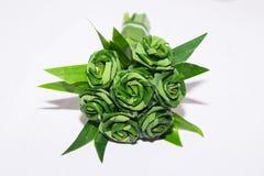 对玫瑰色花束的新露兜树叶子织法 库存图片