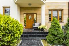 对现代房子的时髦的入口 免版税图库摄影