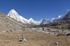 对珠穆琅玛基本阵营的方式 Sagarmatha国家公园,尼泊尔喜马拉雅山 壮观的看法 库存图片