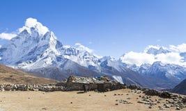对珠穆琅玛基本阵营的方式 Sagarmatha国家公园,尼泊尔喜马拉雅山 壮观的看法 免版税库存照片