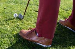 对球的铁和在高尔夫球场瞄准 免版税图库摄影