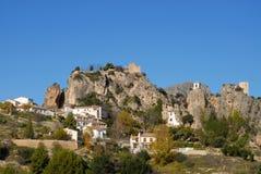 对瓜达莱斯特西班牙村庄的风景视图  免版税库存照片