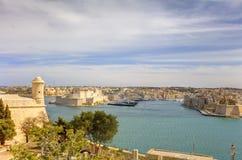 对瓦莱塔市港口的入口在马耳他,有沿海岸线的许多历史建筑的 免版税库存图片