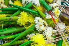 对用的香蕉的特写镜头离开菊花Dendranthemum Grandifflora花背景锥体  库存照片