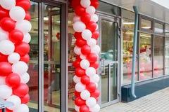 对用baloons装饰的超级市场的入口 库存图片