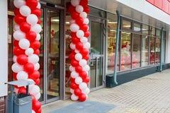 对用baloons装饰的超级市场的入口 免版税库存照片