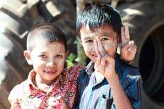 对田中的未认出的儿童用途 免版税图库摄影