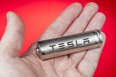 对电动车的锂离子电池,有特斯拉商标的 免版税图库摄影