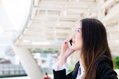 对电话的女商人谈话在步行wa :在概念之外的事务 免版税库存照片