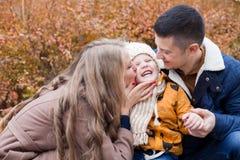对男孩步行的家庭在秋天森林 图库摄影