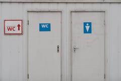 对男性和女性洗手间的一个入口 免版税库存照片