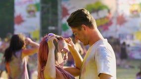 对男朋友,在holi颜色报道的夫妇的诱人的年轻女性跳舞 股票录像