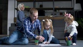 对画的赛跑感兴趣的孩子由铅笔决定 股票视频