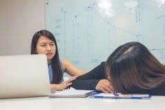 对疲乏的工友的亚洲办公室妇女忧虑 免版税库存图片