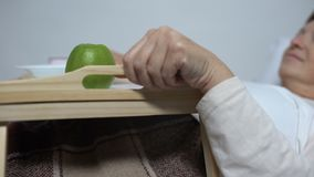 对病的妇女的志愿带来的健康食品盘子在医院病房,支持里 影视素材