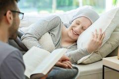 对癌症幸存者的阅读书 免版税库存照片