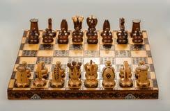 对白国王和女王/王后的棋盘焦点 免版税库存照片