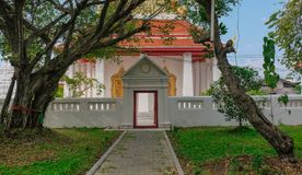 对白色寺庙的通入 免版税库存照片