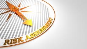 对白色的风险评估与金黄指南针 免版税图库摄影
