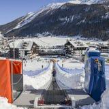 对的上升的传送带初学者为孩子和父母运行滑雪胜地的与山在背景中 库存照片