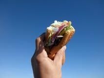 对的新鲜的被拿着的三明治天空潜水&# 免版税图库摄影