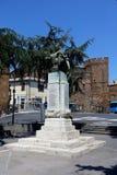 对的纪念碑下落二战在切尔韦泰里 免版税库存图片