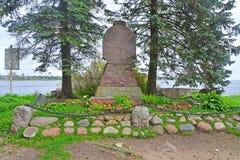 对的纪念碑在Shlisselburg,俄罗斯附近死了皇家塔的本营的革命家在堡垒Oreshek 免版税库存图片