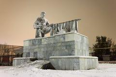 对的纪念碑死了苏联士兵 冬天城市风景 夜射击 图库摄影