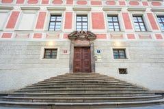 对皇冠上的宝石房间的正门在布拉格城堡 免版税图库摄影