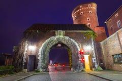 对皇家Wawel城堡的门在克拉科夫在晚上 免版税库存图片