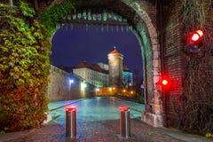 对皇家Wawel城堡的门在克拉科夫在晚上 库存照片