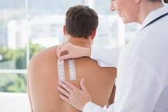 对皮肤反应测验做的医生她的患者 免版税库存照片