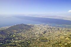 对目击在开普敦和桌湾,南非的现象看法的桌山峰顶的缆车  库存图片