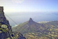 对目击在开普敦和桌湾,南非的现象看法的桌山峰顶的缆车  免版税库存图片