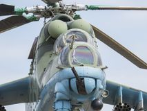 对直升机的纪念碑 在1982年战斗直升机MI-24V在反对天空的一个垫座 飞行员的驾驶舱的看法 免版税图库摄影