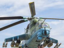 对直升机的纪念碑 在1982年战斗直升机MI-24V在反对天空的一个垫座 飞行员的驾驶舱的看法 免版税库存图片