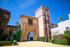对真正的城堡庭院的门在塞维利亚,西班牙。 免版税图库摄影